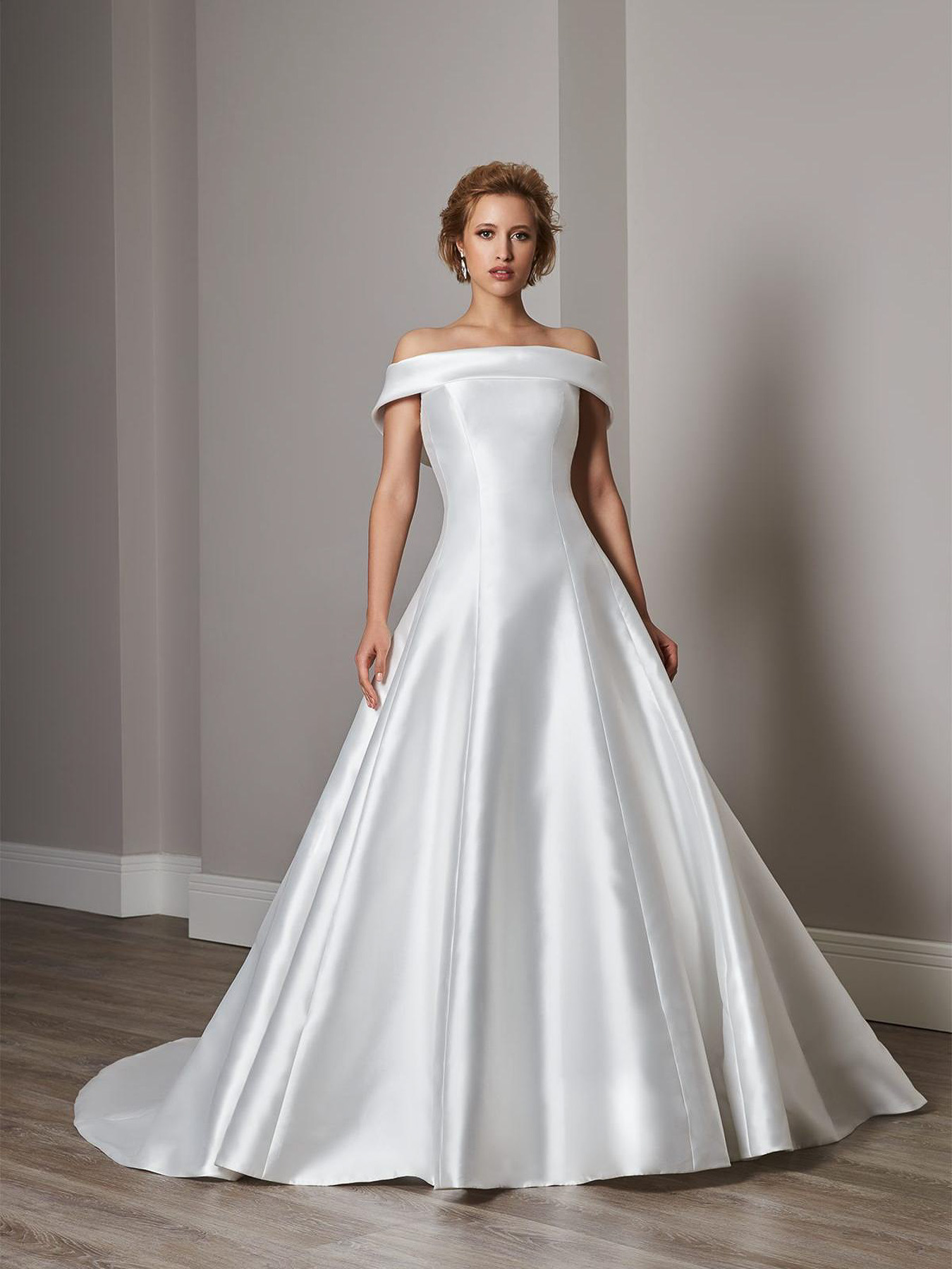 Sassi Holford wedding dress   Sample Sale at Brides of Winchester   Brides of Winchester   Hampshire Bridal Boutique   Designer wedding boutique